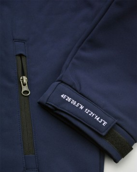 Softshell with hood sleeve detail